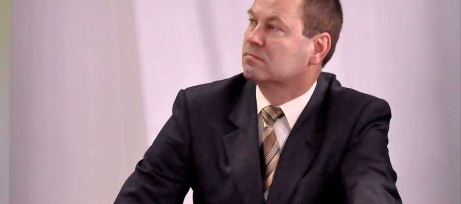 Ireneusz Rejmus prezes Żuromińskich Zakładów Komunalnych przygotowuje informacje na temat sposobu odbierania śmieci
