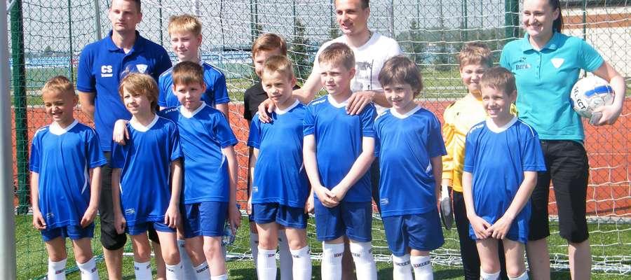 Młodzi adepci piłkarstwa na jednym z turniejów
