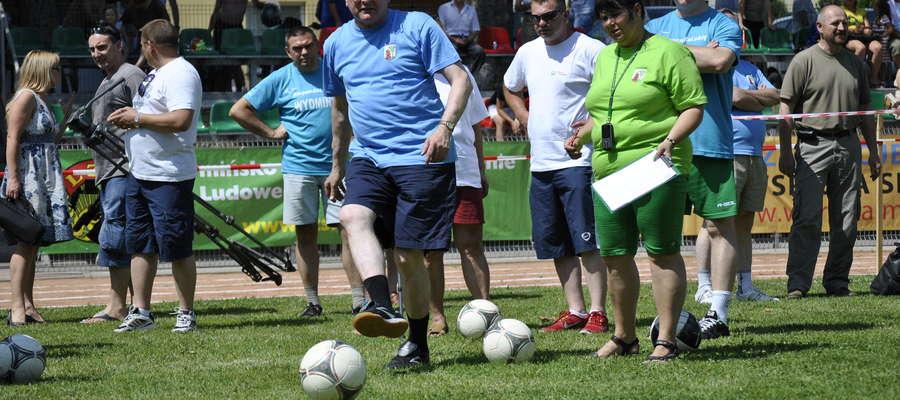 W zawodach brali udział także burmistrzowie gmin. Na zdjęciu do bramki strzela Wojciech Stępniak, burmistrz Białej Piskiej