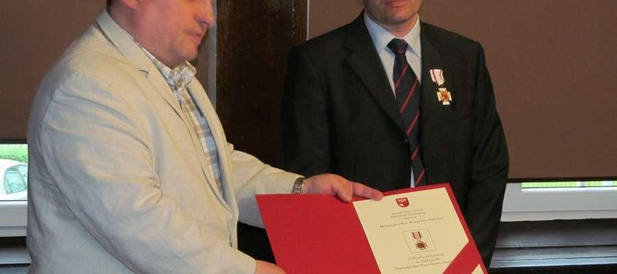 Wojciech Kujawski otrzymał Odznakę Honorową z rąk wicemarszałka województwa Jarosława Słomy