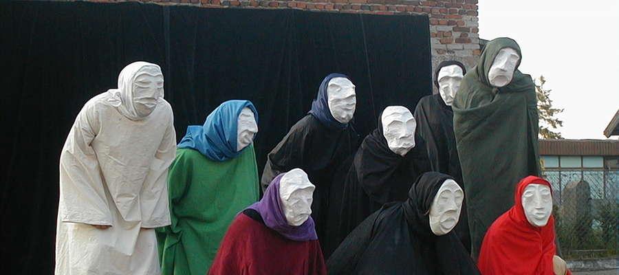 Archiwalny kadr z przedstawienia podczas Płośnickiego Lata Teatralnego sprzed jedenastu lat czyli z 2002 roku