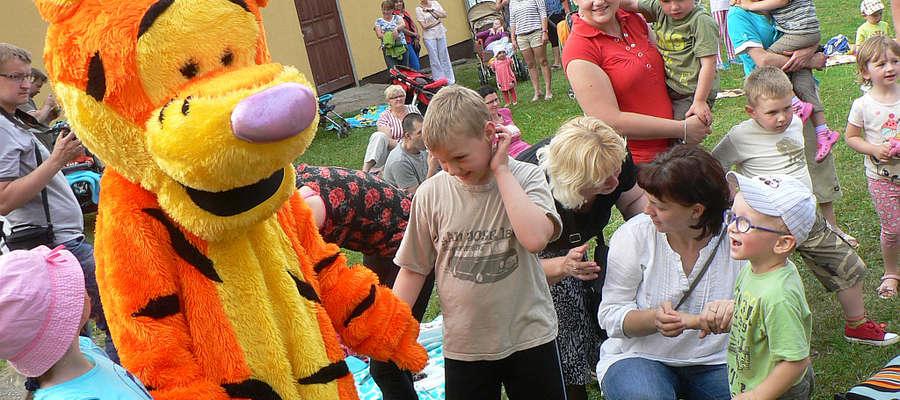 Gdy na placu pojawił się Tygrysek, został natychmiast otoczony przez gromadkę dzieci.