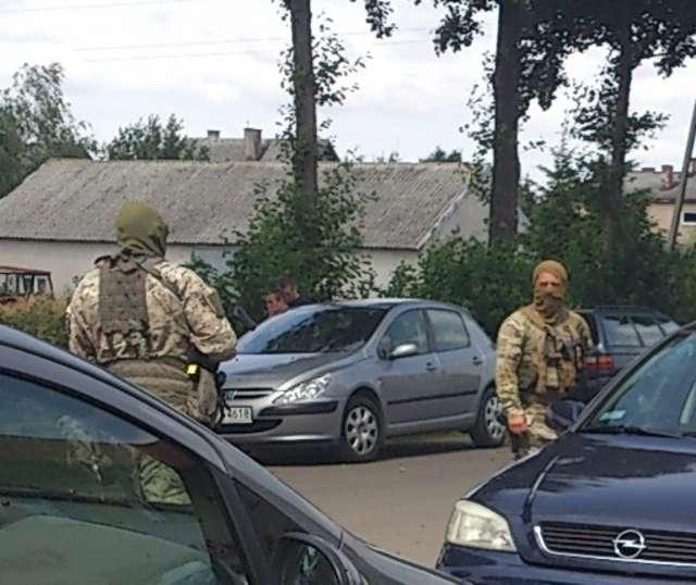 Budynku pilnowali uzbrojeni funkcjonariusze CBŚ - full image