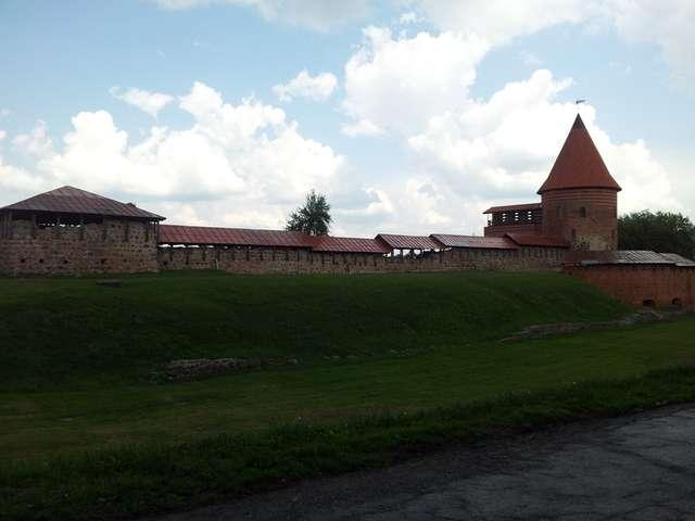 Po zamku w Kownie pozostały tylko mury i baszty, ale widać tu ślady dawnej świetności i potęgi Litwy. - full image