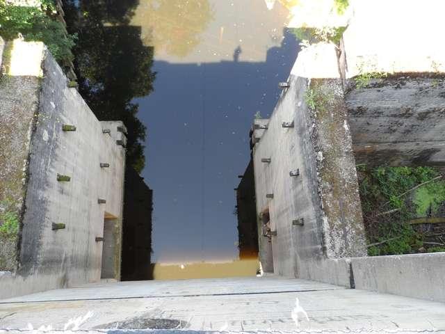 Śluza w Leśniewie Górnym widziana z liny zawieszonej ok 20 metrów powyżej lustra wody - full image