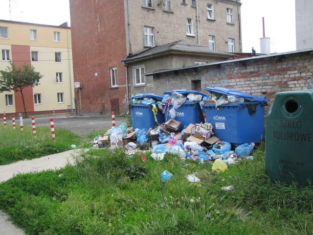 Z pojemników przy ul. Pieniężnego od kilkunastu dni nikt nie wywozi śmieci.  - full image