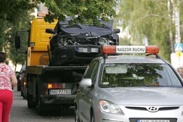 Samochód osobowy uderzył w autobus. Kierowca zbiegł - full image