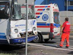 Po zderzeniu autobusu z ciężarówką sześć osób trafiło do szpitala