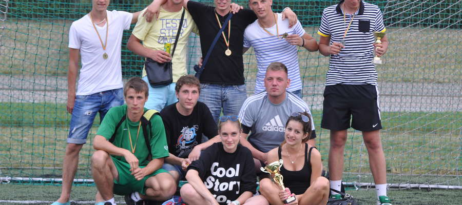 Wkra wygrała turniej w Goleszynie. Na zdjęciu także inni uczestnicy imprezy w Goleszynie