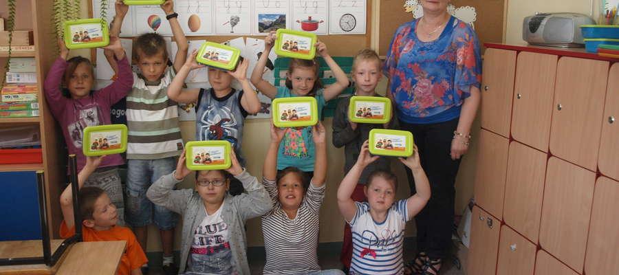 Pierwszoklasiści ze Szkoły Podstawowej w Zieluniu otrzymują pudełka