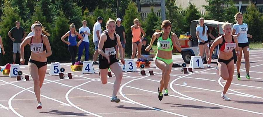 Joanna Grzybowska (druga z prawej) podczas biegu na 100m