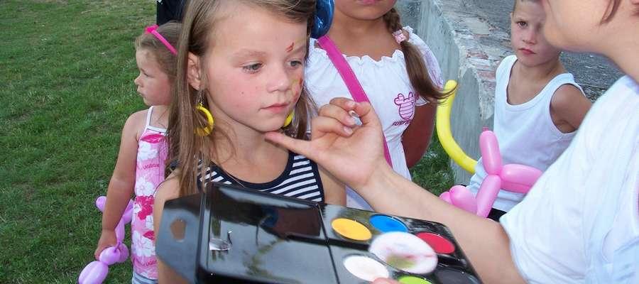 Jedną z atrakcji było malowanie twarzy dzieciom