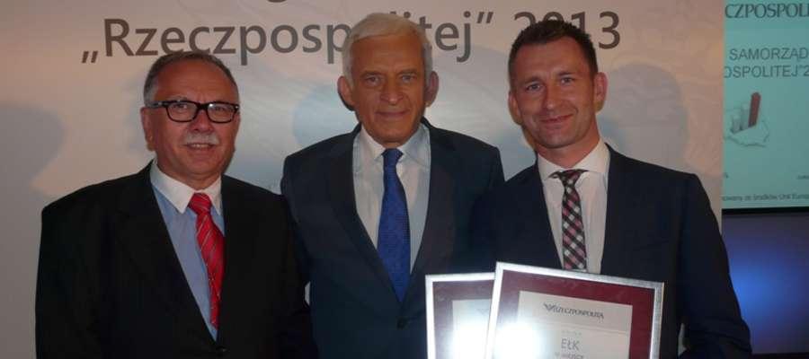 Sekretarz gminy Stare Juchy Jarosław Franczuk (od lewej), Jerzy Buzek i prezydent Ełku Tomasz Andrukiewicz