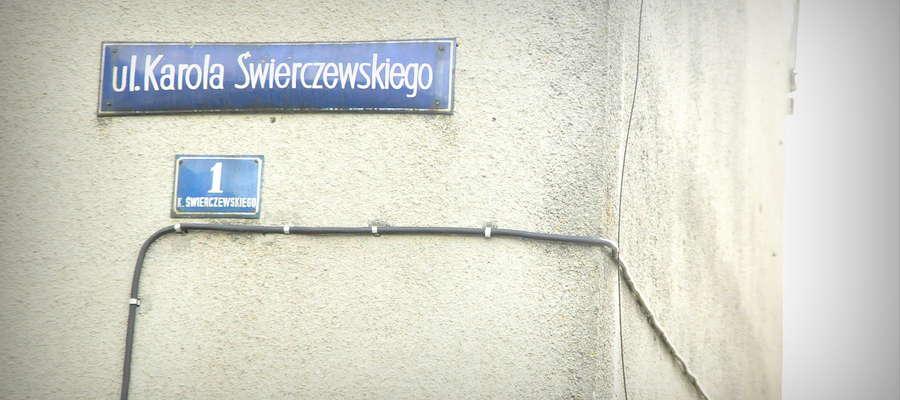 Tabliczka z nazwiskiem Karola Świerczewskiego na budynku z Kuczborku