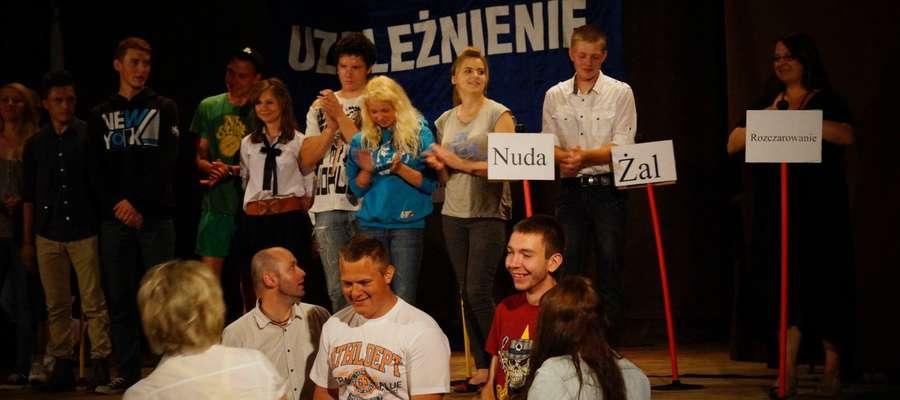 Uczniowie z ZSP podczas przedstawienia