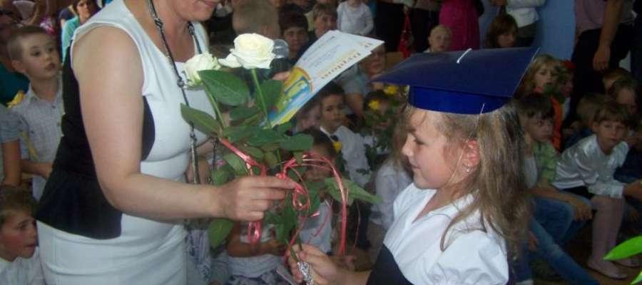 Na koniec przyszli uczniowie otrzymali od swoich pań dyplomy, małą wyprawkę oraz rożki ze słodyczami. Były kwiaty i buziaki