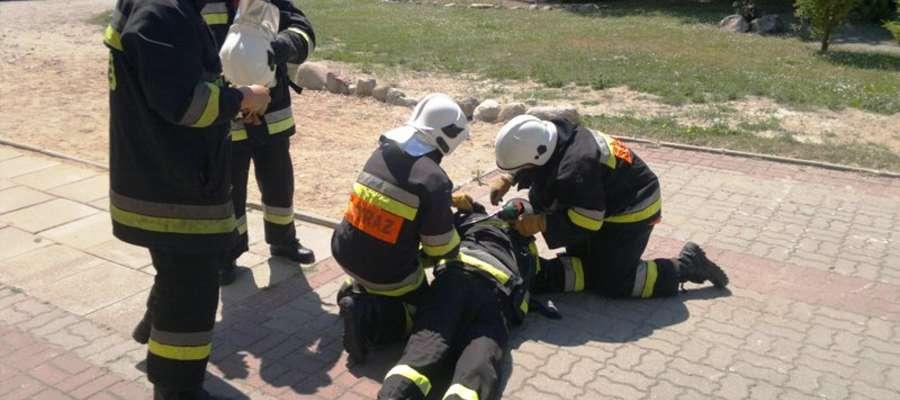 Scenariusz zakładał powstanie pożaru w bibliotece szkolnej. Dwie osoby zostały ranne