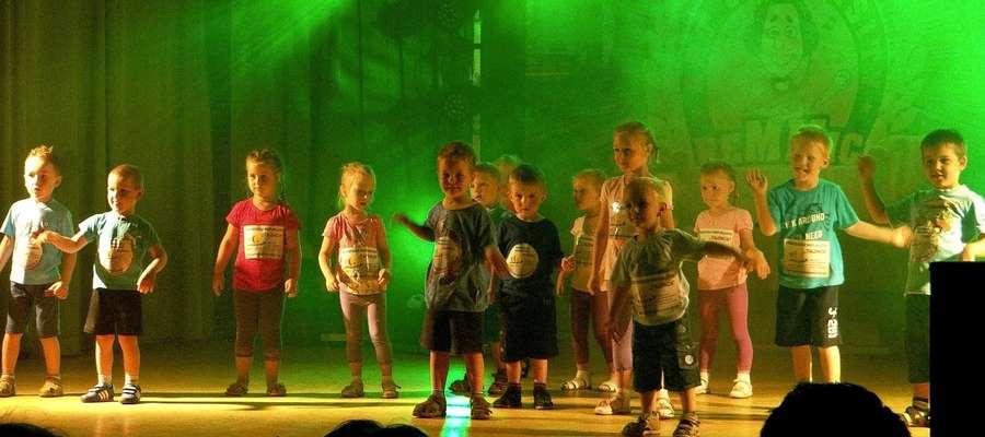 Scena z tancerzami skąpana w kolorowych światłach