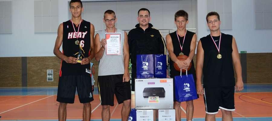 Ojcowie Basketu w towarzystwie Przemysława Atkielskiego (w środku) - głównego sponsora turnieju