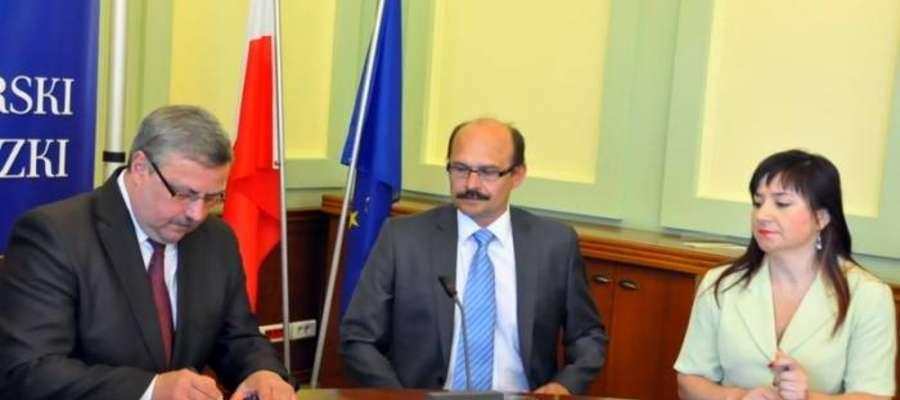 Wójt gminy Kalinowo Andrzej Bezdziecki (w środku), podpisał w Olsztynie umowę na dofinansowanie projektu przebudowy drogi