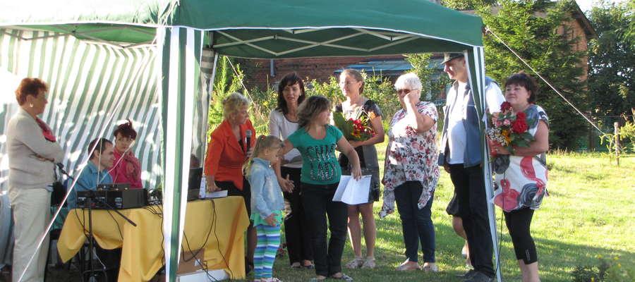Dzieci otrzymały dyplomy za uczestnictwo w zajęciach letnich i wygrane konkursy i turnieje