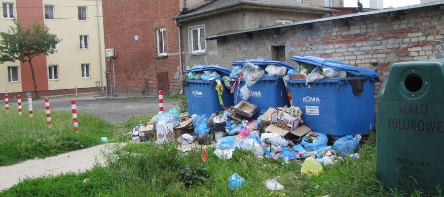 Z pojemników przy ul. Pieniężnego od kilkunastu dni nikt nie wywozi śmieci.