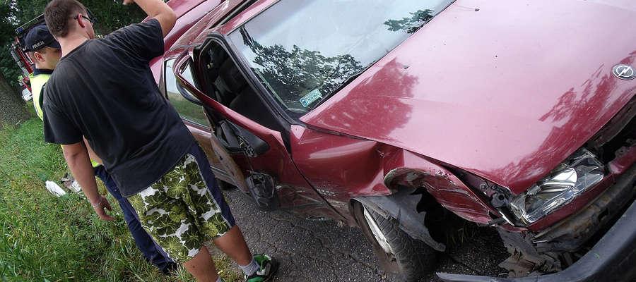 Kierowca opla twierdzi, że nie miał możliwości, by zmieścić się między kombajnem a przydrożnymi drzewami.