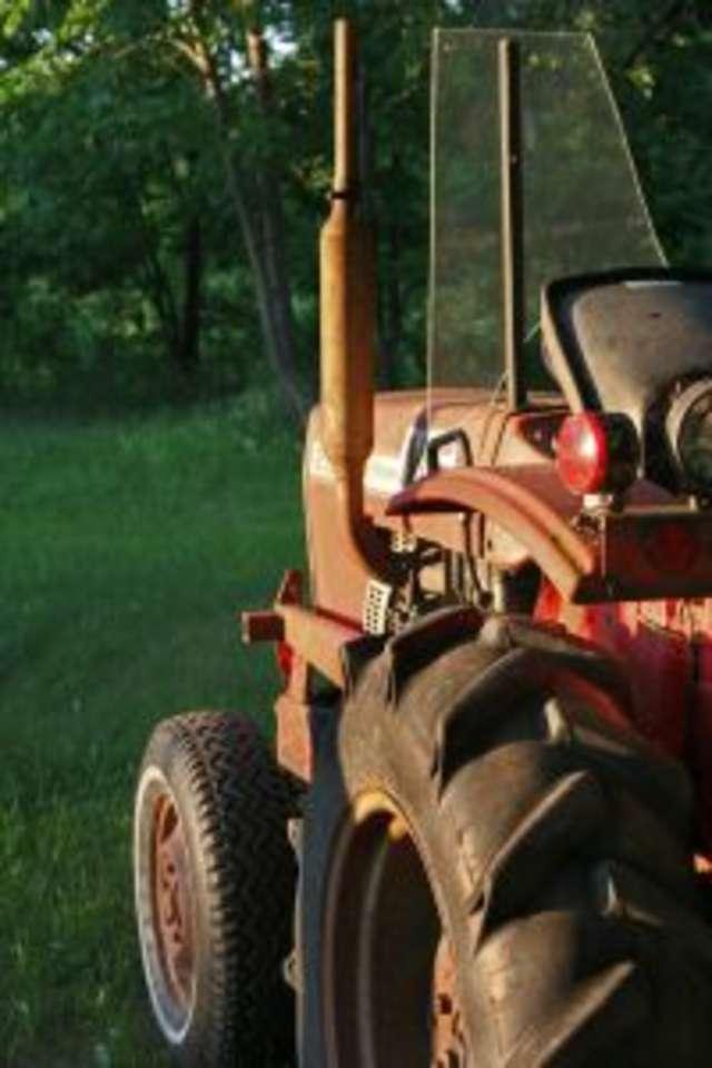 Traktor przejechał mężczyznę i pojechał dalej - full image