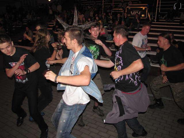 Zdjęcie z poprzedniej Famy, publiczność podczas koncertu iławskiego zespołu Atom - full image