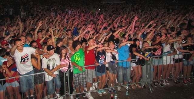Kilkutysięczny tłum bawił się pierwszego dnia Mazury Hip- Hop Festiwal 2013 - full image