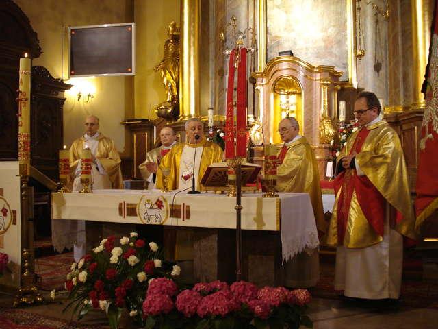 Ksiądz Stanisław Zarosa SAC, podczas mszy, pierwszy z prawej strony - full image
