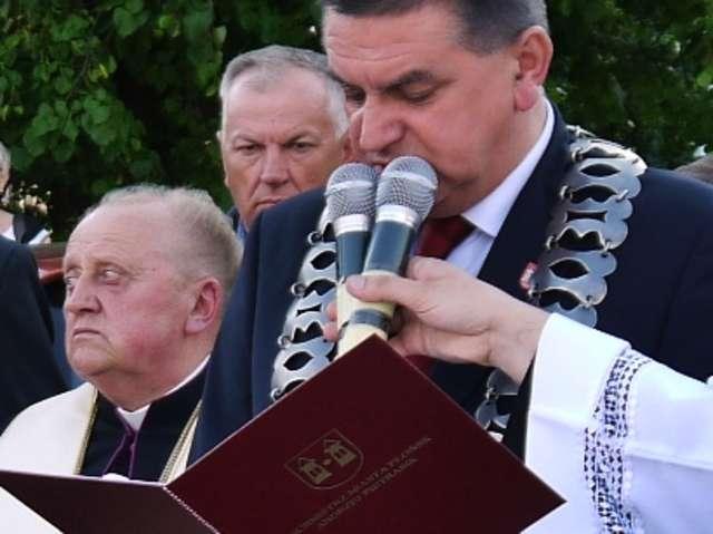 Honorowy Obywatel Miasta Płońska ks. kan. Edmund Makowski (z lewej) wraz z burmistrzem Andrzejem Pietrasikiem podczas jednej z uroczystości   - full image