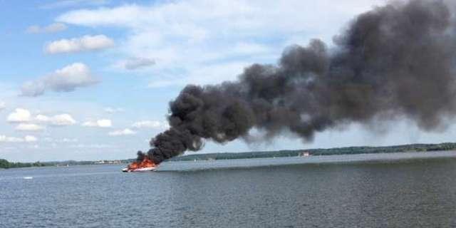 Motorówka spłonęła na środku jeziora. Nie udało się jej ugasić - full image