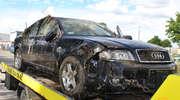 Audi wpadło do stawu. Kierowca wezwał policję na ratunek