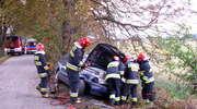 Passat uderzył w drzewo. Dwie osoby ranne