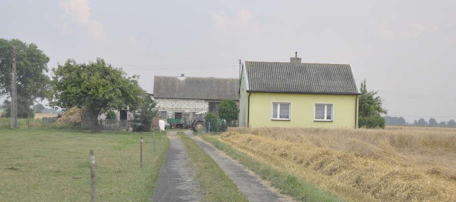 Dom, w którym mieszka 80- letnia chromakowianka stoi na uboczu wsi