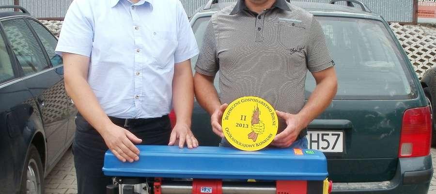 Wojciech Iwaszkiewicz - kierownik Placówki Terenowej KRUS w Giżycku (z lewej) wręcza nagrodę Waldemarowi Wilgockiemu
