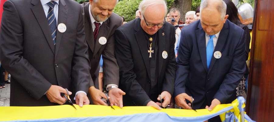Wstęgę przecięli obecny mistrz Zakonu Bruno Platter (drugi z prawej), marszałek województwa warmińsko-mazurskiego Jacek Protas (pierwszy z lewej), burmistrz Działdowa Bronisław Mazurkiewicz (pierwszy z prawej) i dyrektor muzeum Kazimierz Grążawski