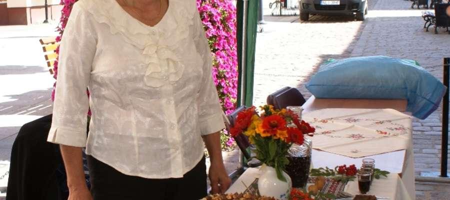 """Halina Smyk z dumą i radością prezentowała bogactwo pieniężeńskiej kuchni za sprawą rozchwytywanego tortu makowego, jak również wybornej nalewki orzechowej """"orzechówka"""""""