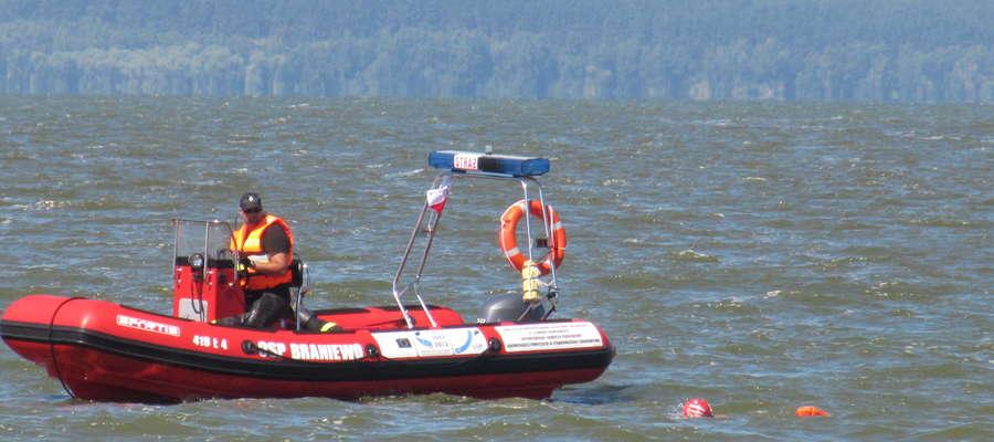 Pływacy wystartowali ok. godz. 8.00 z Piasków na Mierzei Wiślanej. Asekurowali ich braniewscy strażacy i strażacy ochotnicy oraz fromborska policja i Kaszubski Dywizjon Straży Granicznej.