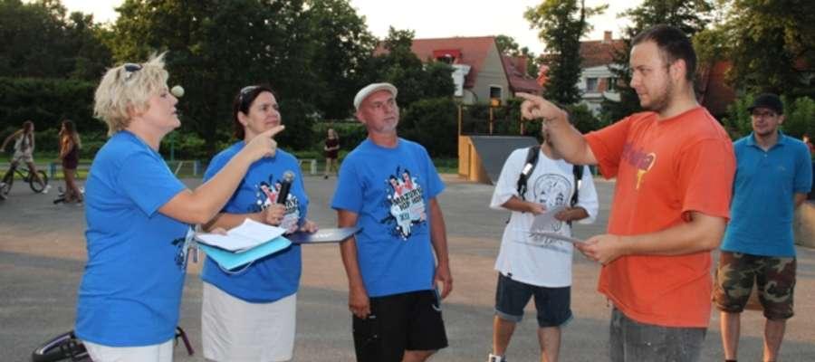Karol, zwycięzca konkursu graffiti (z prawej) w trakcie odbierania głównej nagrody