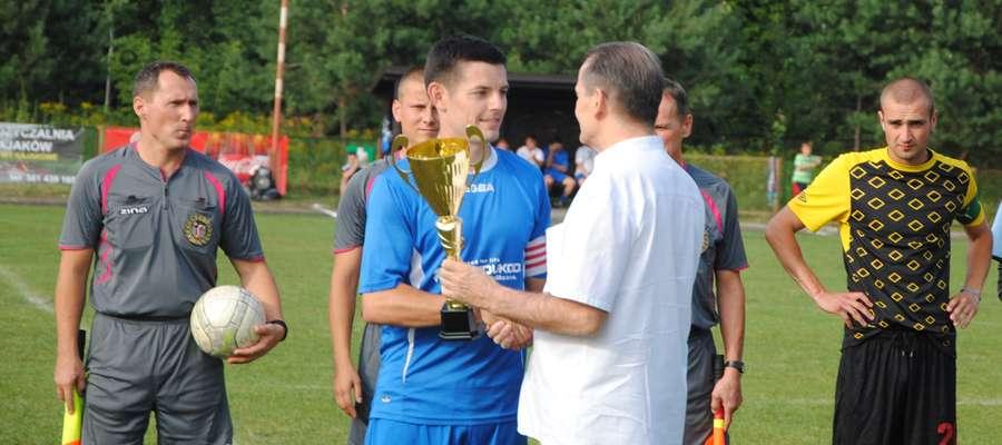 Kapitan zespołu Piotr Talaga odebrał przed meczem puchar za awans do V Ligi
