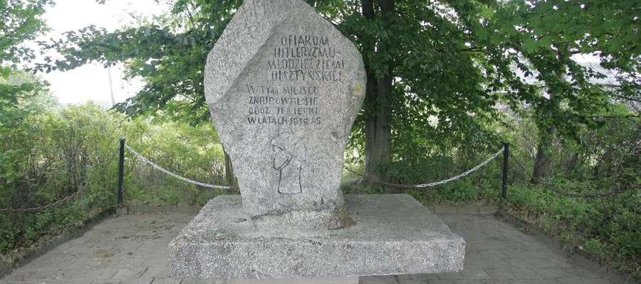 Napisy na pomniku z lat 60 już się prawie zatarły