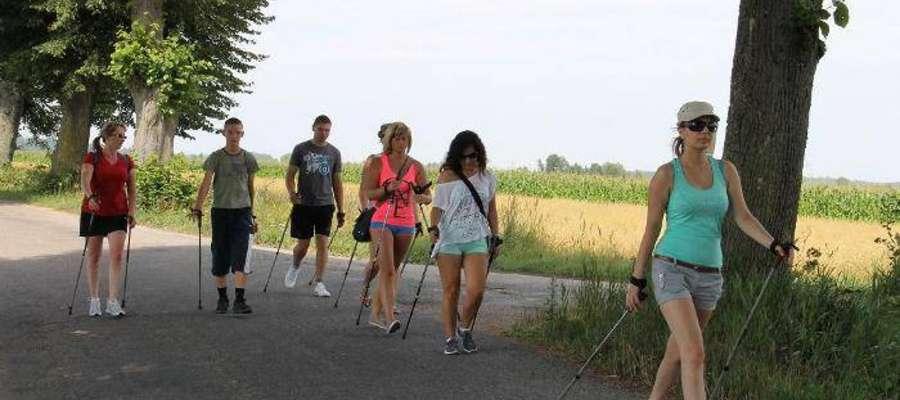 Uczestnicy projektu uprawiają nordic walking. Wszystko dla promowania zdrowego i aktywnego trybu życia