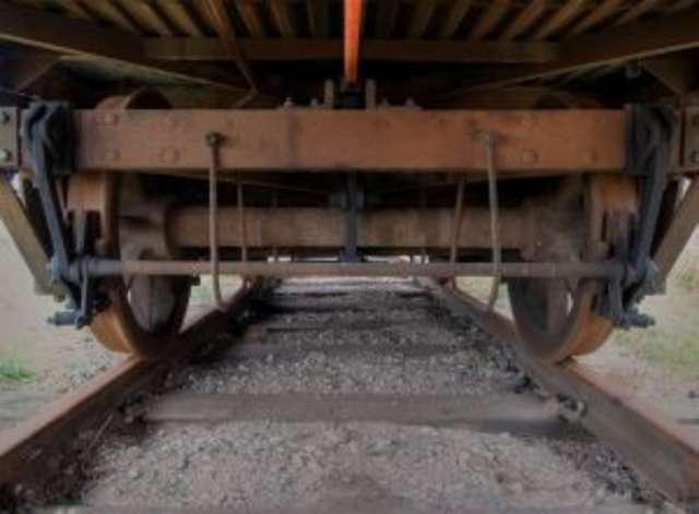 Wypadek na przejeździe. Auto wpadło prosto pod pociąg. - full image