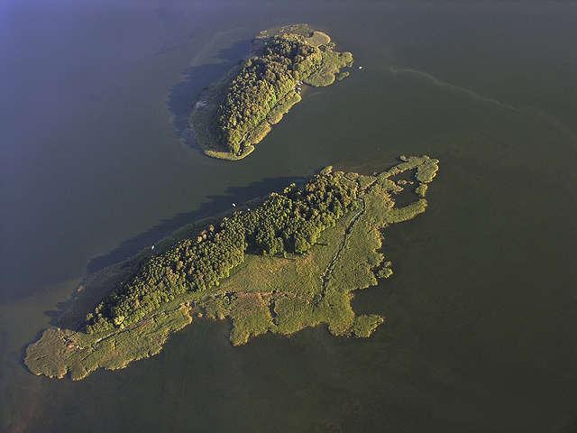 Wyspy Czarci Ostrów (na drugim planie) i Pajęcza z lotu ptaka - full image