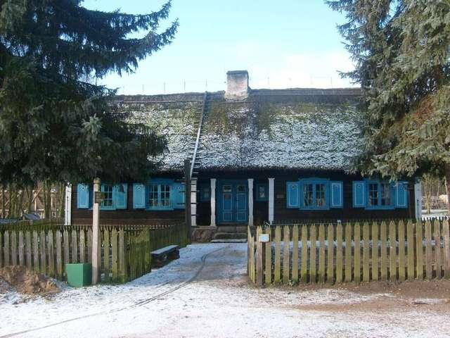 Zabytkowa chata warmińska w olsztyneckim skansenie - full image