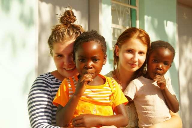 Agata (z lewej) i Kasia z zambijskimi dziećmi - full image