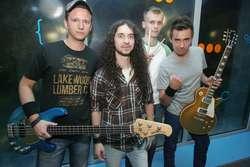 Traffic Junky - charyzmatyczny kwartet, który swoim stylem grania wraca do korzeni muzyki rockowej z lat 70' i łączy ją z nowocześnie brzmiącymi riffami.