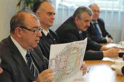 Obecne władze miasta zarzucają poprzedniemu prezydentowi Elbląga, że niepotrzebnie rozdmuchał projekt rozbudowy stadionu, co spowodowało że ta inwestycja jest dużo droższa niż planowano